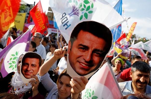 Οι υποστηρικτές του κυριότερου φιλοκουρδικού Λαϊκού Δημοκρατικού Κόμματος  (HDP) της Τουρκίας 527b9211c7c